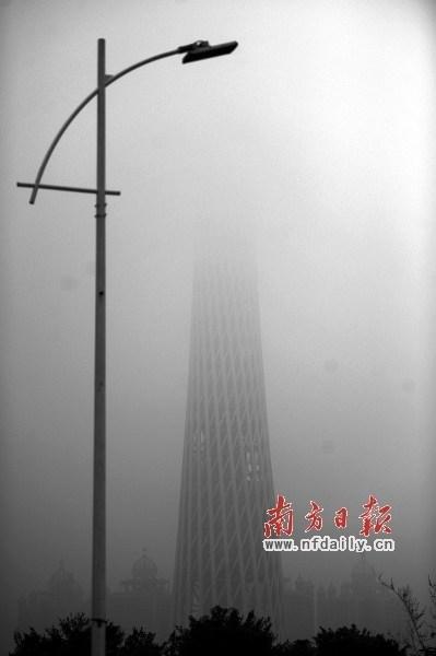 近期雨雾天气不少,广州塔时常被浓雾掩去大半。丁玎 摄
