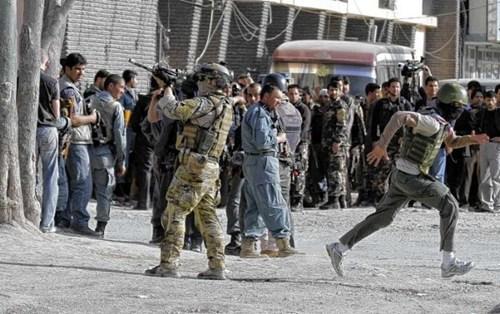 喀布尔/一名北约士兵在喀布尔街头与阿富汗塔利班交火。
