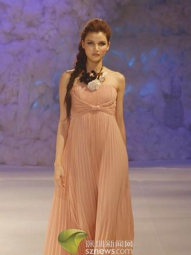欧美裸相_名模莫万丹一袭欧美风的裸色飘逸长裙