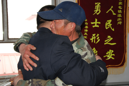 王芳/解救被绑架儿童,受害者父亲抱住何万龙,老泪纵横