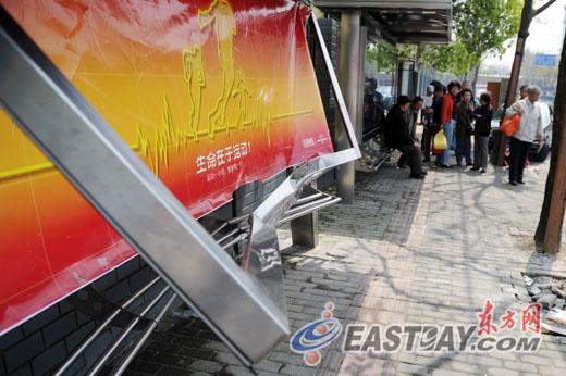 图为被宝马撞毁的公交车站广告牌.图片
