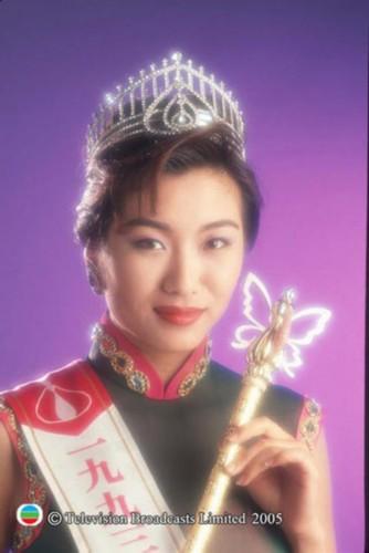 """莫可欣/佘诗曼参选1997港姐选举时,绰号""""小小刘嘉玲""""的她并不被看好..."""