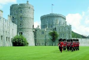 温莎城堡的守卫士兵正在换岗。