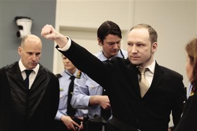 """16日,挪威奥斯陆,""""7・22""""爆炸枪击案疑犯布雷维克在法庭上行""""纳粹右手礼""""。"""