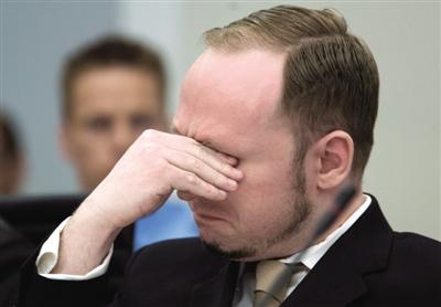 2012年4月16日,奥斯陆,当法庭播放布雷维克行凶前上传到网络的视频时,其掩面而泣。