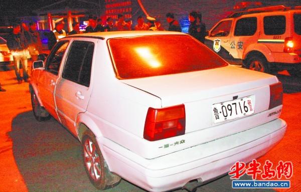 嫌疑车辆前面没有挂车牌,后面悬挂着一副假警车牌照.