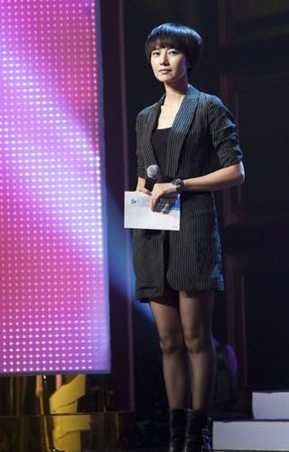 高圆圆黑色制服配短裙,黑色丝袜大秀性感美腿.