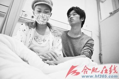 王伟心疼地看着病重的妻子
