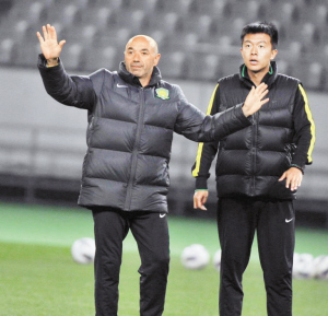 北京国安将于今晚客场挑战东京FC,主帅帕切科昨日率队适应场地。