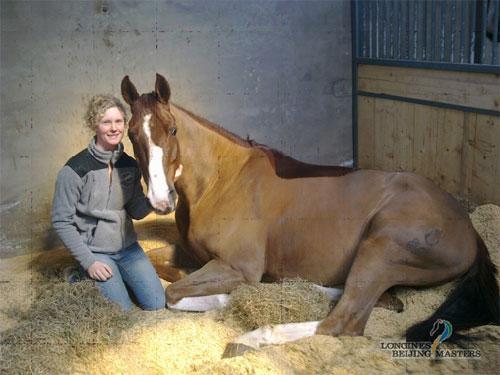 活泼爽朗的瑞典马工米娅和健硕优雅的赛马在一起
