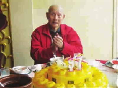 李震中喜度九十七岁生日 本报记者 李元春 摄