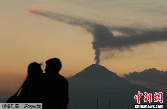 当地时间4月14日,墨西哥普埃布拉州乔鲁拉,波波卡特佩特火山喷发火山灰和蒸气,烟尘柱直入云霄。