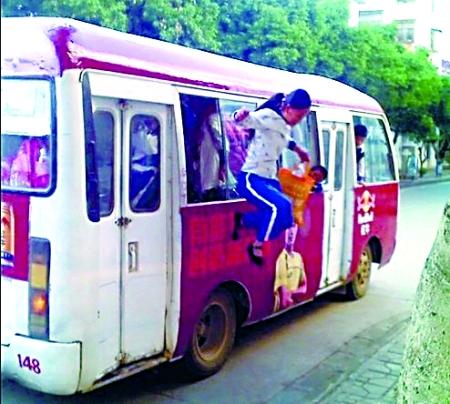 一位女生跳下公交