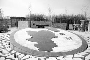 张晓峰 廊坊/上图:园内铜雕塑像。下图:入口处的石刻廊坊地图。本报记者张...