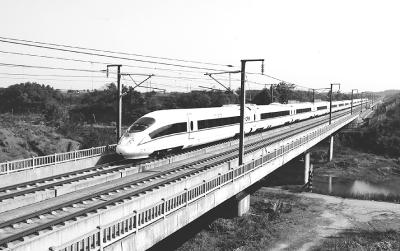 高速动车行驶在武广高铁线上.资料图片-关注国企系列报道之二 国