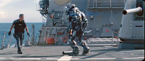 男主角与外星人甲板上近身肉搏(点击查看高清大图)
