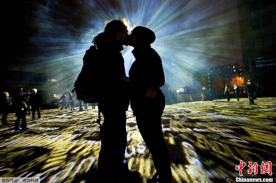 德国举办彩光艺术节 光影斑驳令人沉醉
