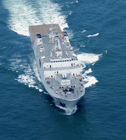"""资料图:""""昆仑山""""号是中国第一艘大型两栖船坞登陆舰,满载排水量达18000吨,曾是中国海军最大的作战舰。"""