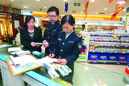昨日,杨家坪,食药监局工作人员在对药房的药品进行检查。 记者 刘嵩 摄