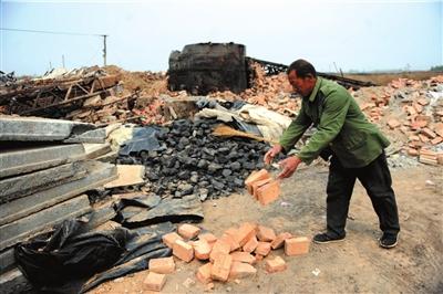 昨天,前宋村一家明胶作坊老板在清理废墟。问题胶囊事发后,该村40多家明胶作坊被强拆。本报记者王苡萱摄