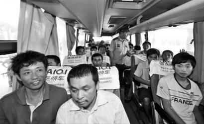 搭载此前被扣押的25名中国船员的海南航空公司包机当地时间18日13时30分从帕劳国际机场起飞回国,17时安全抵达海口美兰国际机场,渔民们身体健康、情绪稳定。