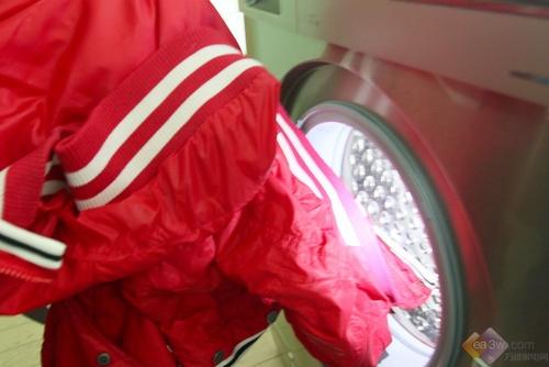 程序结束后取出洗好的羽绒服,内筒LED冷色光在夜间更显突出