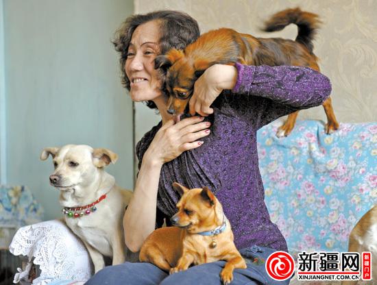 4月14日,在苏大姐家中,一只小狗趴在她的肩膀上玩耍.图片