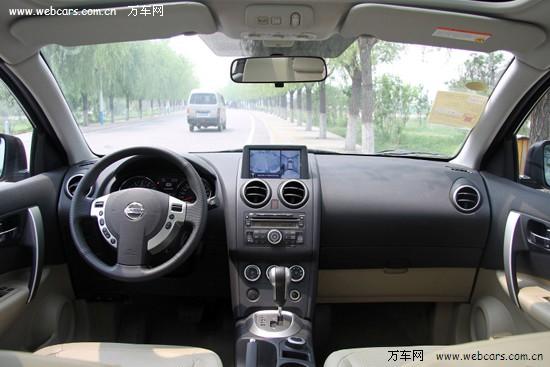 2011款逍客液晶显示屏已经由中央空调出风口下方移到中控台顶部,这样
