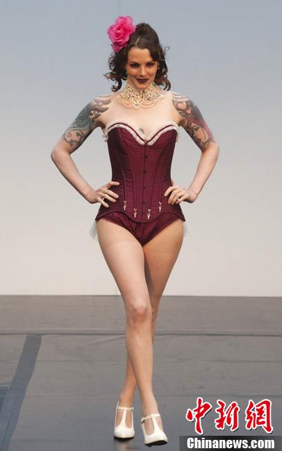 """当地时间2012年4月18日,英国伦敦,2012伦敦Alternative时装周,内衣系列专场。设计独特的""""露点""""内衣引爆性感诱惑,令人目不暇接。"""