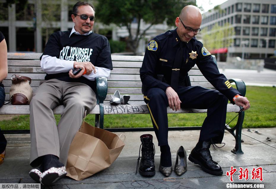 大男人脚踩高跟鞋走一英里 抗议性暴力组图