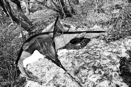 """终南山山顶,驴友发现了死者所用的帐篷。 驴友""""编外乞丐""""提供图片"""