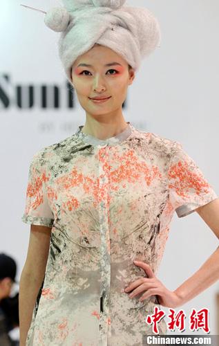 图为模特展示思凡时装作品。中新社发 钱兴强 摄