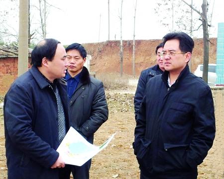 嵩县人民政府县长李新红(右一)和有关县领导调研新型农村社区建设