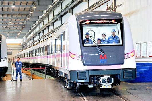 图文:武汉地铁2号线首辆列车下线图片