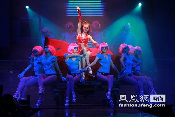艺术 dj/舞厅内那五彩缤纷的舞台灯光,在阅耳时尚而富有的DJ音乐伴奏下...