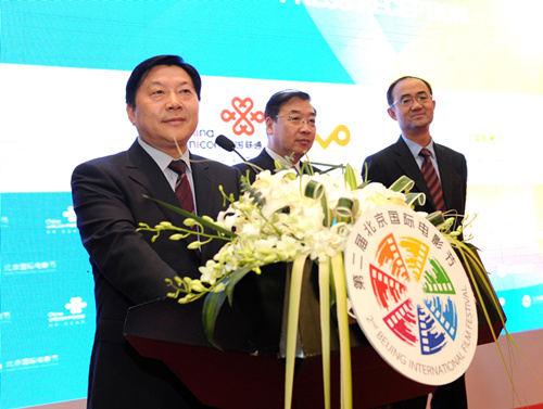 市委常委,宣传部部长,副市长鲁炜向采访电影节的中外记者表示诚挚问候图片
