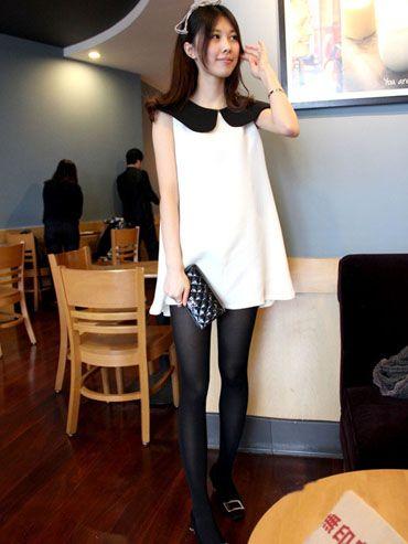 皮肤色丝袜老骚女囹�a_简单的黑白两色无袖a字形连衣裙搭配黑色丝袜和金属扣装饰的同色系