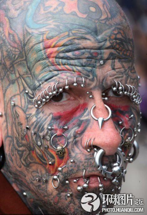 美国钢钉纹身达人脸上钢钉超过100个