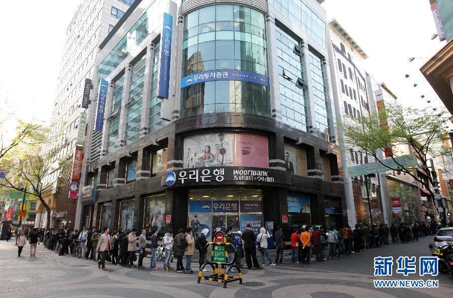 4月20日,人们在韩国首都首尔明洞的苹果专卖店外排队。