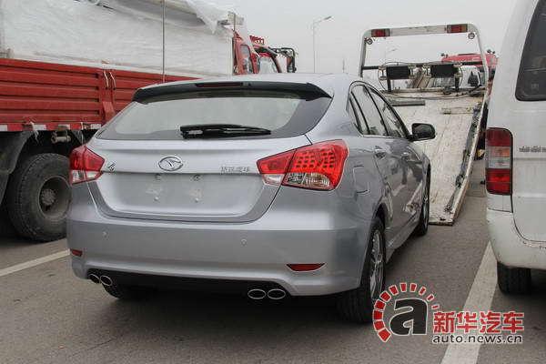 车尾底部采用了双排气孔设计,从视觉上看上去动感有力.