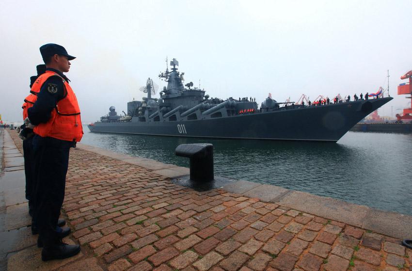 """青岛/4月21日,俄罗斯太平洋舰队旗舰""""瓦良格""""号导弹巡洋舰驶入..."""