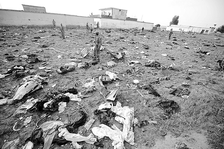 巴基斯坦救援人员21日继续在首都伊斯兰堡附近的客机坠毁地搜寻,只能
