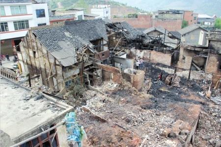 四川 古蔺/火灾后现场一片废墟。
