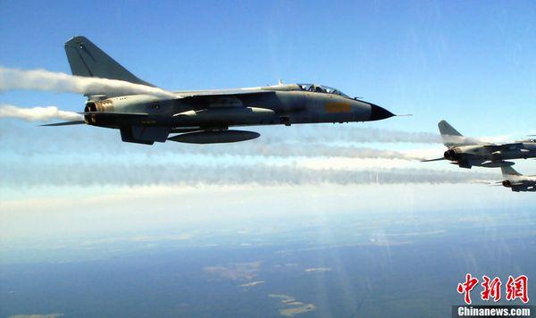 """资料图:""""歼轰-7""""飞机。在1998年11月的中国珠海航展首次亮相,多次参加海军、舰队组织的重大演习活动。中新社记者 张雷 摄"""