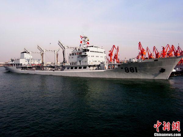 """""""洪泽湖""""号远洋综合补给舰。"""