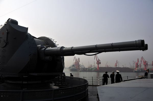 """""""瓦良格""""号舰首主炮。新华军事记者杨雷摄"""