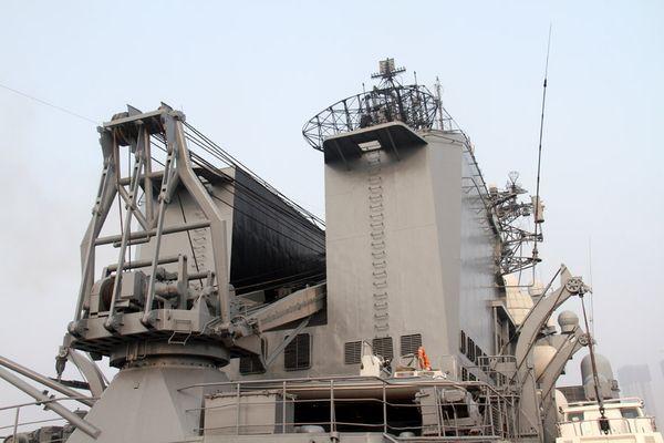 """从后甲板看""""瓦良格""""号导弹巡洋舰。新华军事记者王经国摄"""