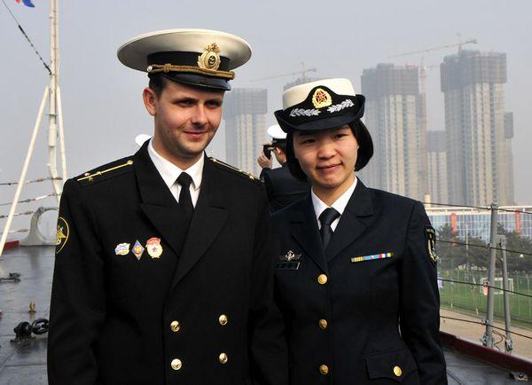 中方官兵与俄方官兵合影留念。新华军事记者杨雷摄