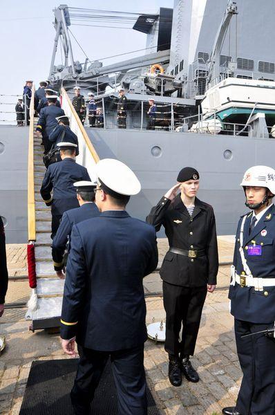 """中方官兵登上""""瓦良格""""号导弹巡洋舰。新华军事记者杨雷摄"""