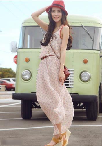 超长连衣裙也是很不多的。满身浅色印花的超长连衣裙不多见。柔和的色彩似乎让人都看起来温柔了。